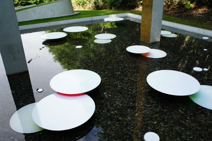 Инсталляция представляет собой несколько разновеликих кругов, которые автор разместил в небольшом квадратном бассейне на разной глубине