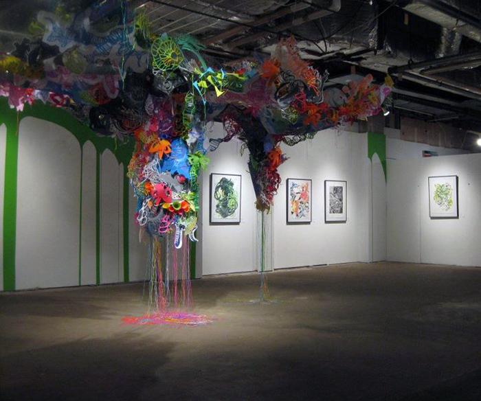 Удивительные инсталляции из отслуживших материалов и ассортимента недорогих магазинов