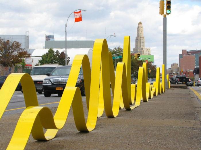 Художница разместила на пересечении третьей и четвертой авеню инсталляцию «Unparallel Way», мгновенно привлекающую внимание
