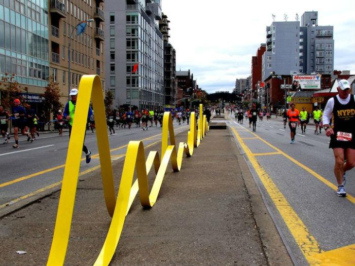 Несмотря на то, что инсталляция «Unparallel Way» довольно абстрактна, внешне она напоминает жёлтую дорожную разметку на нью-йоркских улицах
