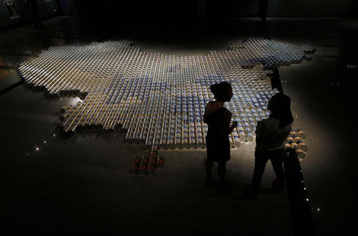 Художник решил создать инсталляцию из банок детских смесей в виде карты Китая, чтобы привлечь внимание общественности к проблеме
