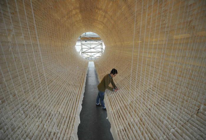 Инсталляция символизирует переход человека из мира живых в загробную жизнь