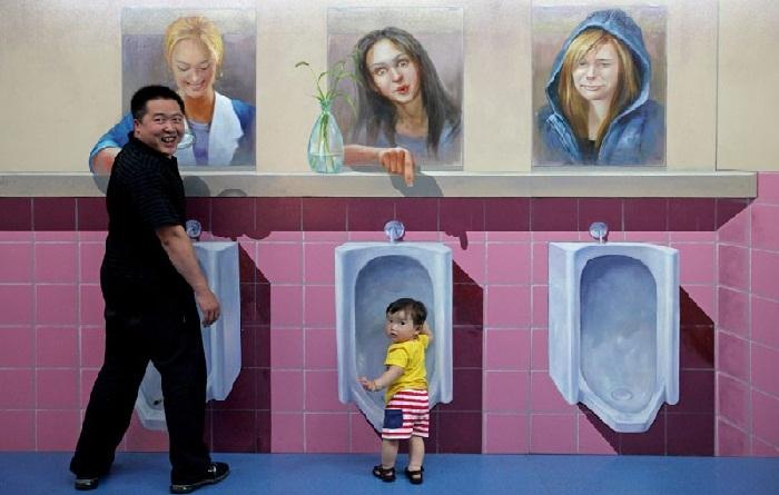Отец с сыном зашли в 3D-уборную