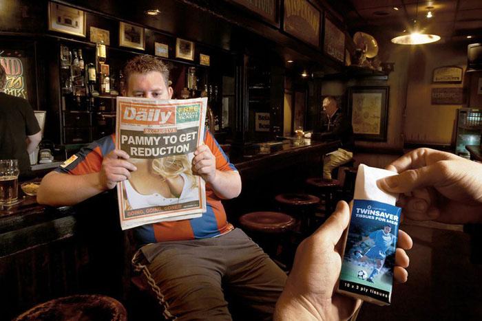 """Реклама носовых платков для мужчин. Заголовок газеты: """"Памела собирается уменьшить грудь"""""""