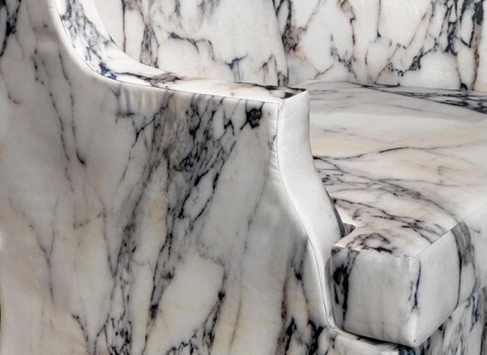 Обивку кресла Louis XV трудно отличить от настоящего мрамора