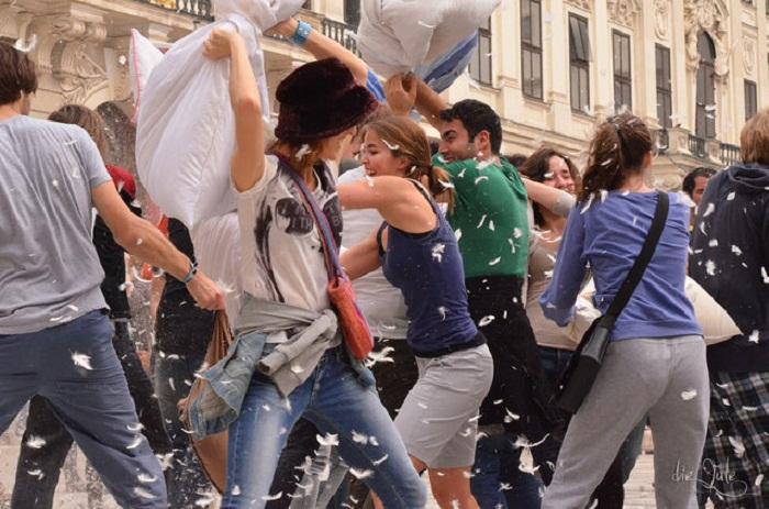 Бои перьевыми подушками в мировых столицах.