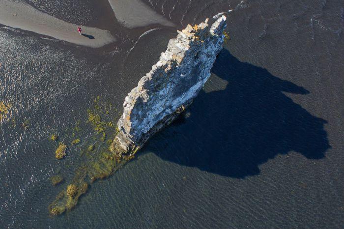 Достопримечательность Исландии: каменный динозавр