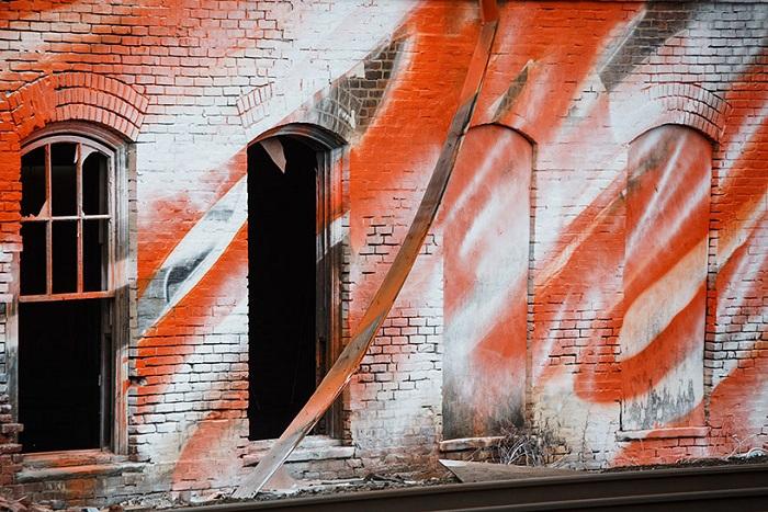 Оранжевый оттенок на железной дороге.