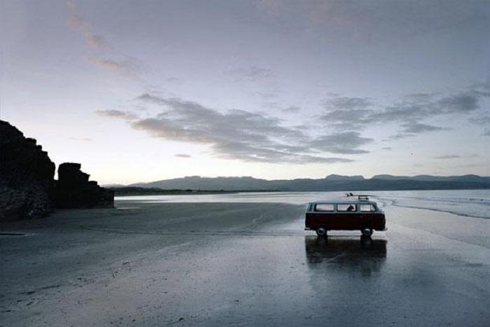 Запертая в машине собака на берегу озера.