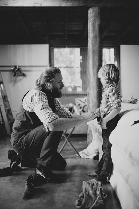 фотография папы, помогающего сыну одеться