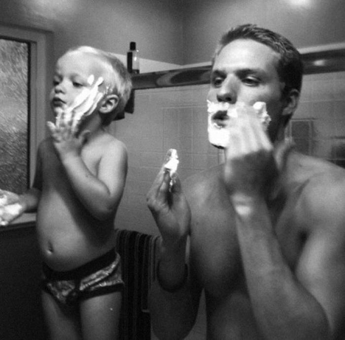 бриться - это по-мужски. Фото отца и сына с пеной для бритья