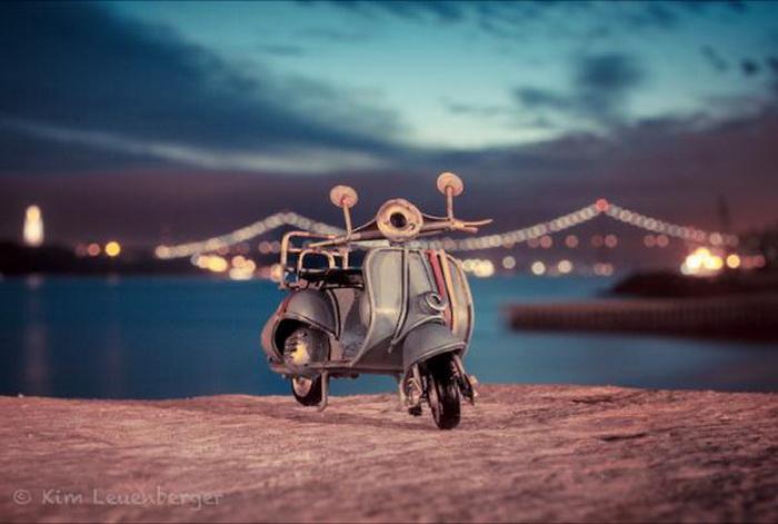 Приключение игрушечных автомобилей на взрослой дороге.