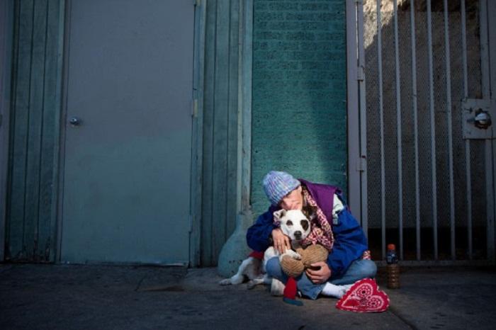Бездомный с собакой.