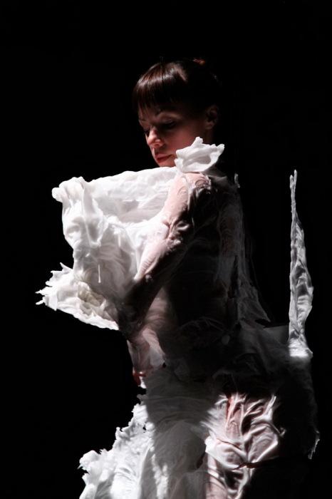 Фантастическая одежда из воска от Bart Hess