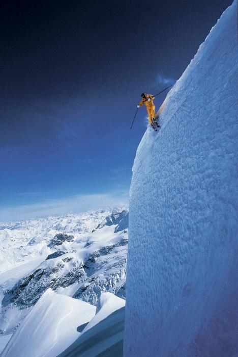 горнолыжник, летящий в пропасть