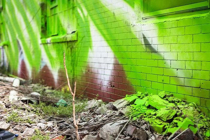 Роспись на кирпичных стенах.