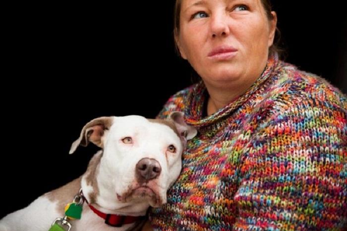 Бездомная со своей собакой.