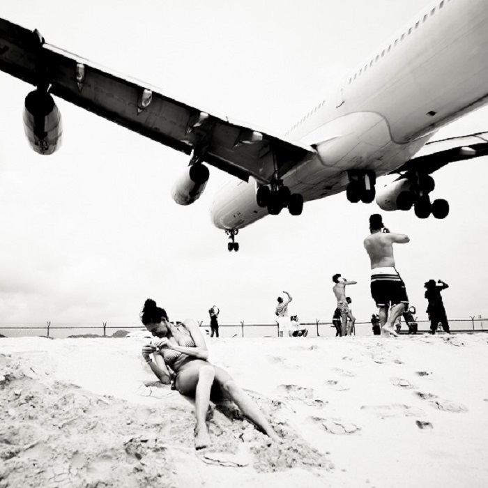 Самолет над пляжем.