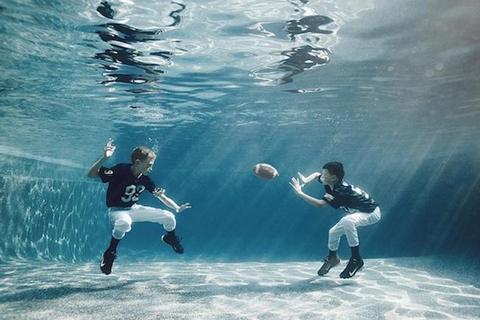 Дети под водой.