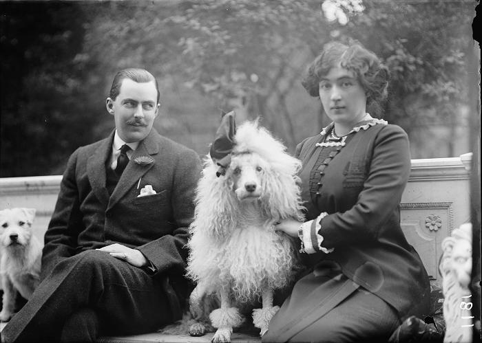 Эвелин Уолш Маклин с мужем и собакой.