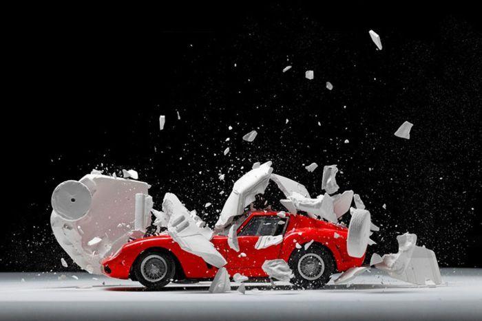Спортивный автомобиль в момент взрыва