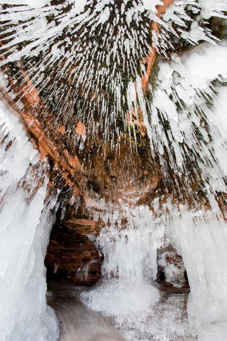 Заледеневшие озеро Superior и пещера Apostle Islands National Lakeshore в Америке