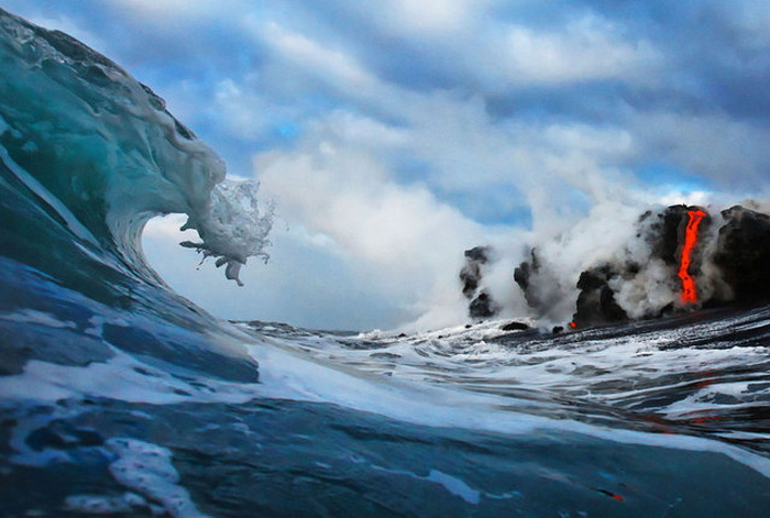 Извержение вулкана в океане.