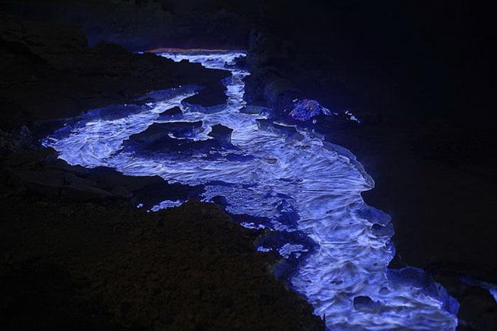 Серное озеро, светящееся в темноте.