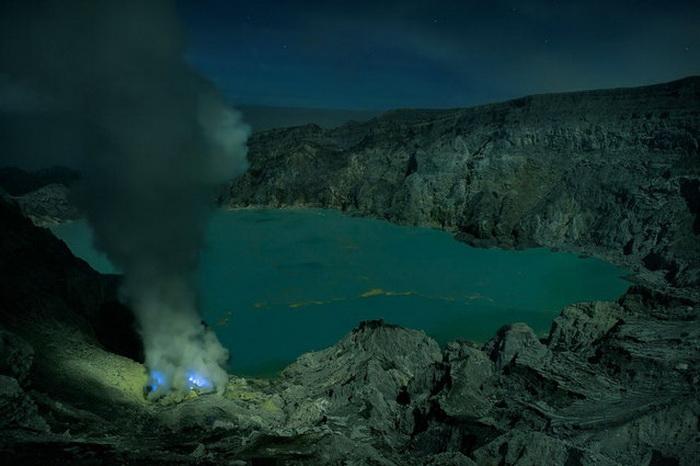 Уникальное серное озеро Kawah Ijen.
