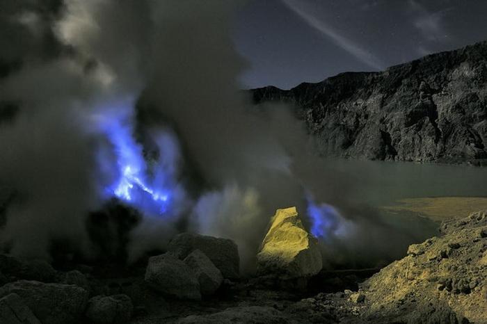 Озеро в кратере вулкана Kawah Ijen.