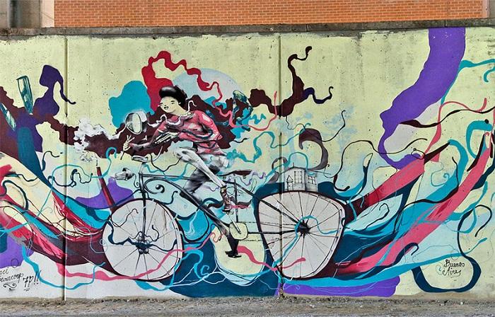 Красочные велосипеды на стенах города