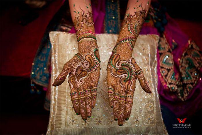 Mehndi: традиция расписывать руки и ноги невесты хной