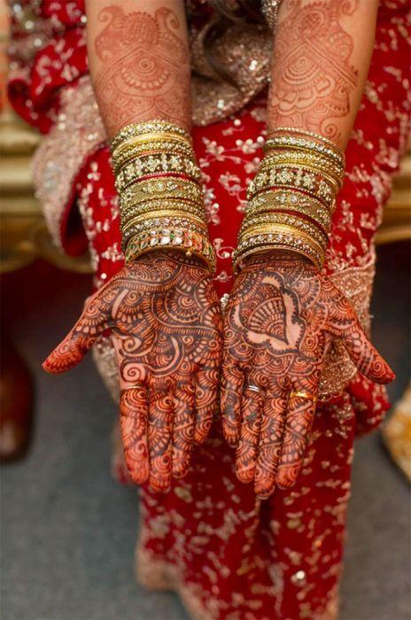 руки индийской невесты перед свадьбой