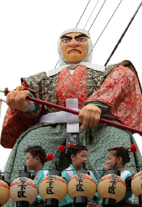 Фестиваль с шестиметровыми статуями Mikuni Dolls.