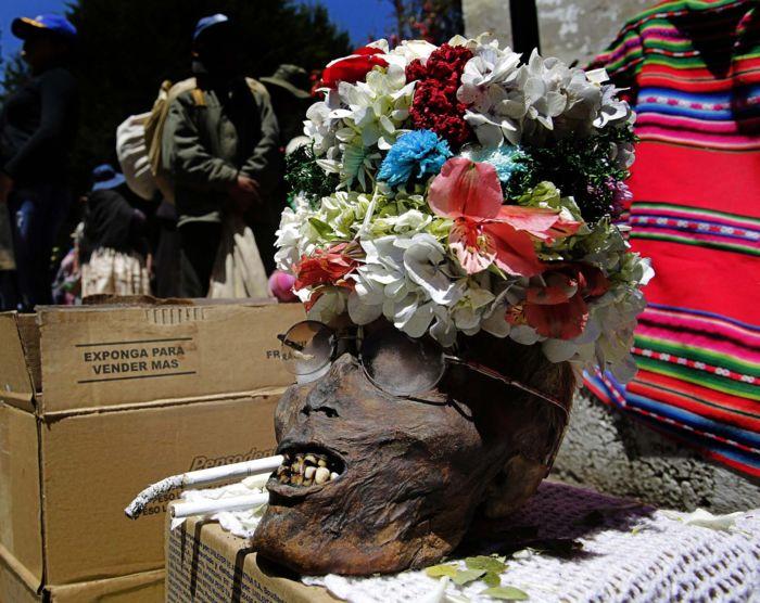 День черепа в Боливии: население украшает останки родных