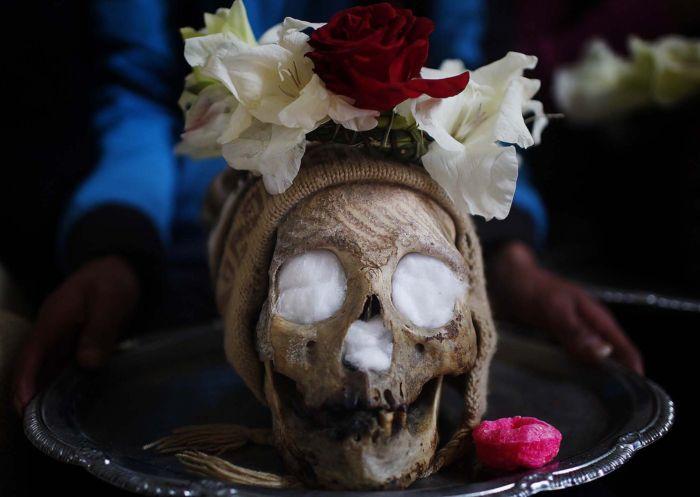 украшение останков родных в день черепа