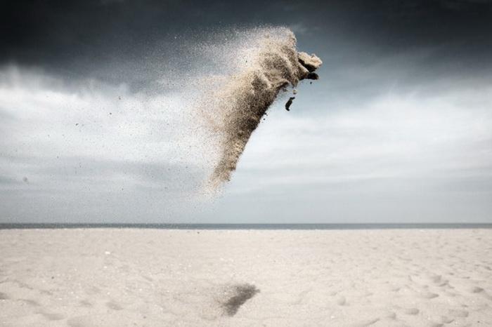 Гравитация: песочные существа на фотографиях Claire Droppert