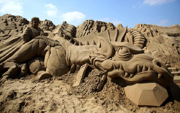 Город из песка на пляже.