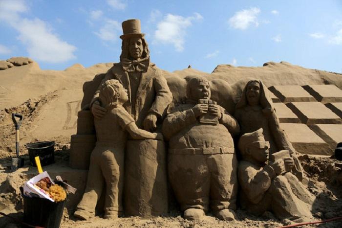 Герои кинолент, воплощенные в песке.