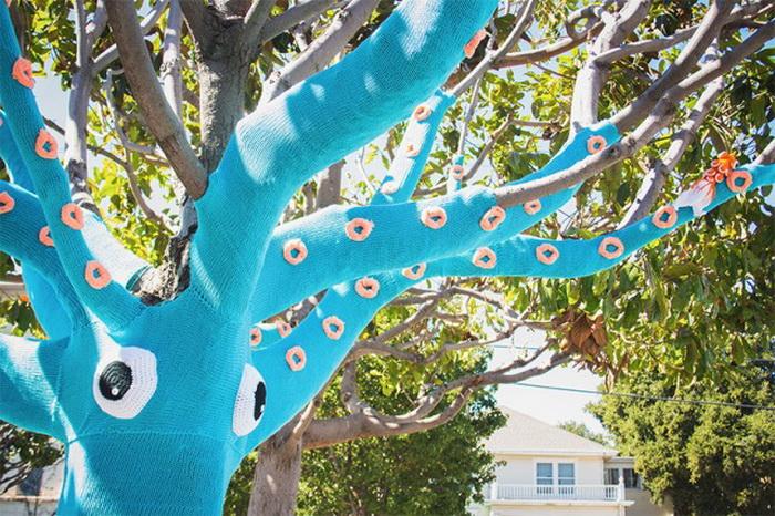 Дерево в вязаной одежде от Jill et Lorna Watt