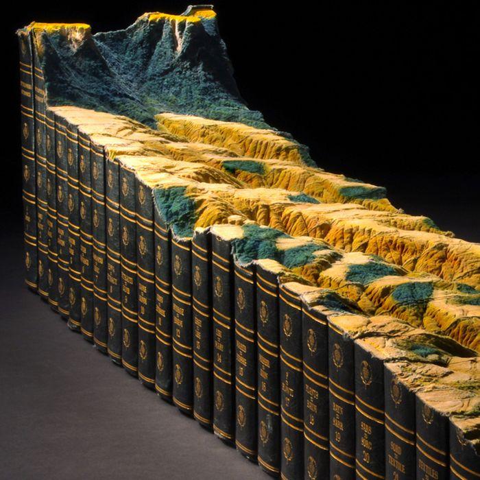 Горный пейзаж, вырезанный из книг