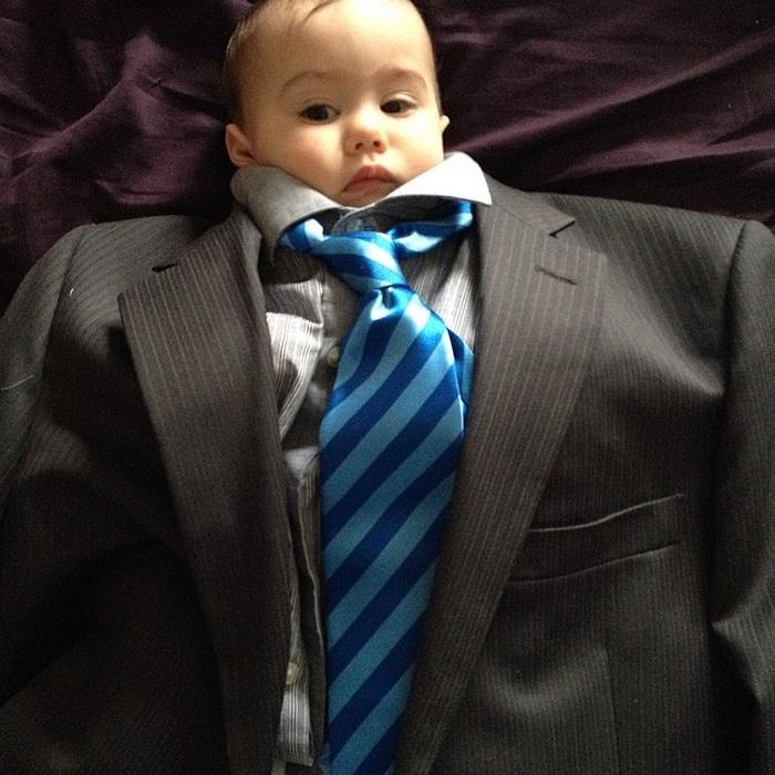 Малыш в пиджаке и галстуке.