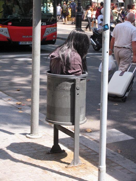 девушка в мусорном баке, Барселона