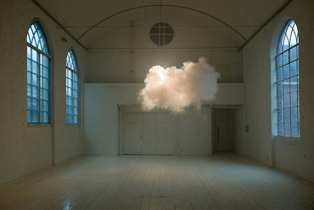 Инсталляция с облаком в главной роли.