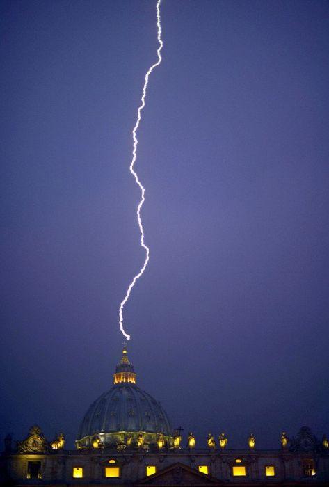 Молния ударила в купол Собора Святого Петра в день, когда папа Бенедикт XVI объявил, что покидает престол