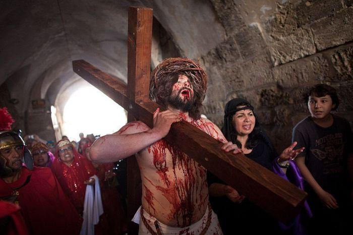 Паломник в Страстную пятницу на пути Христа по Виа Долороза в Иерусалиме