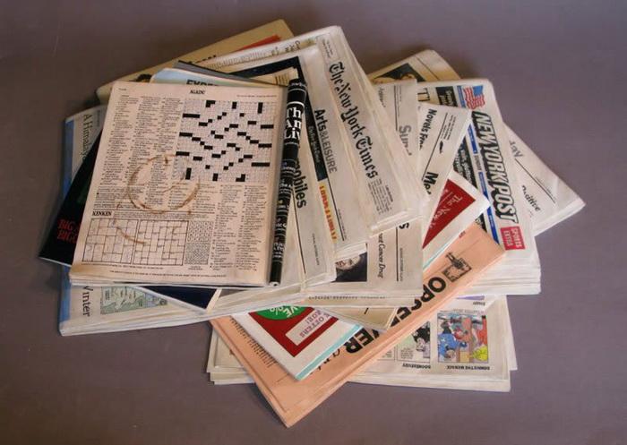 Стопка газет и журналов, вырезанная из дерева