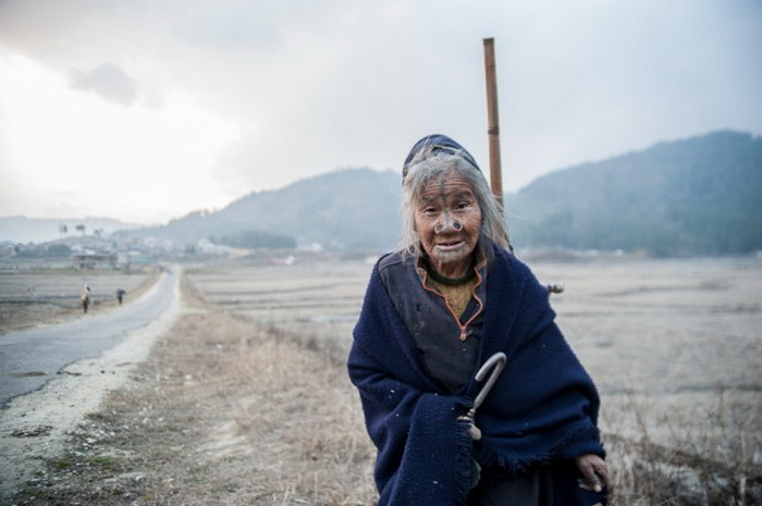 Татуированные женщины из племени Apatanis.