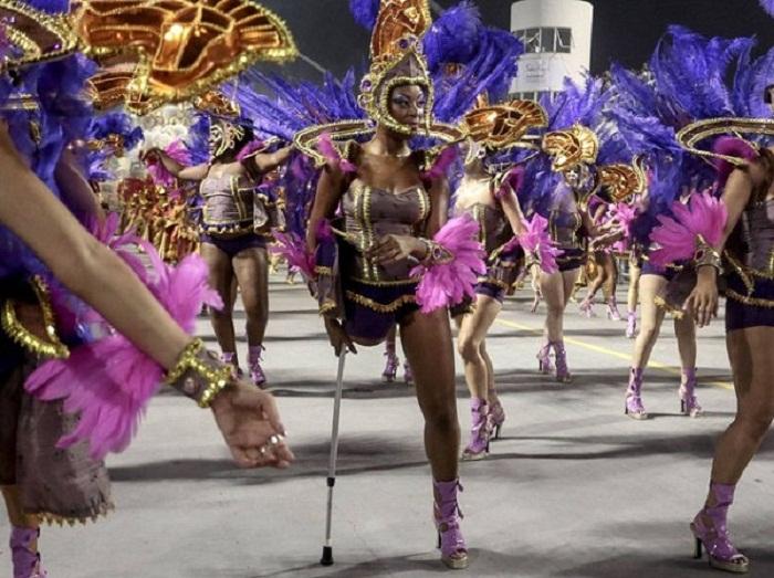 Секс массаж бразильских девушек с карнавала 14 фотография