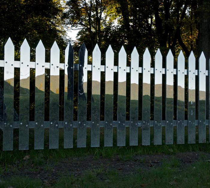 Зеркальный забор: зимой и летом разным цветом